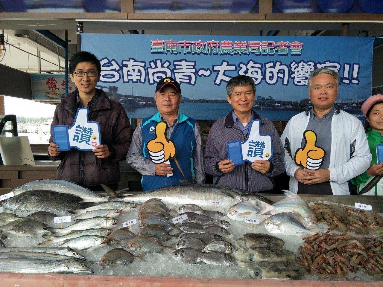 將軍漁港直銷中心當令各類海鮮魚類,邀請遊客來光顧。記者謝進盛/攝影
