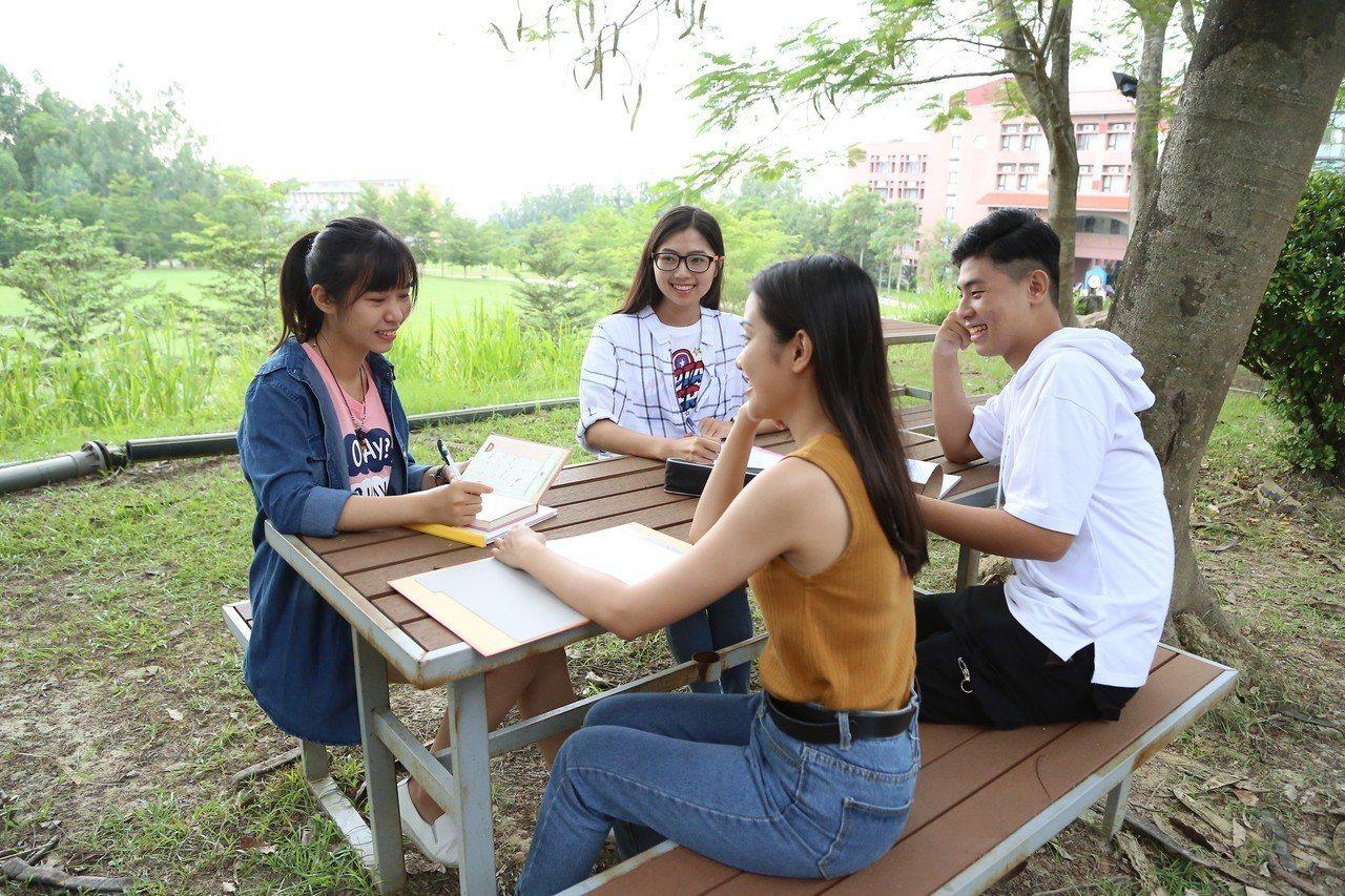 學生就業率達9成,辦學績效獲家長肯定。圖/南華大學提供