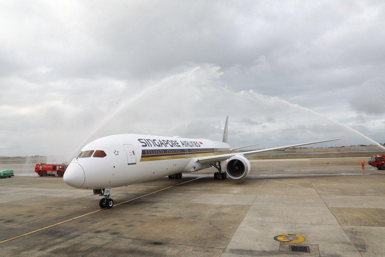新加坡航空全新波音787-10客機飛抵桃園機場,舉行灑水儀式歡迎。圖/新加坡航空...