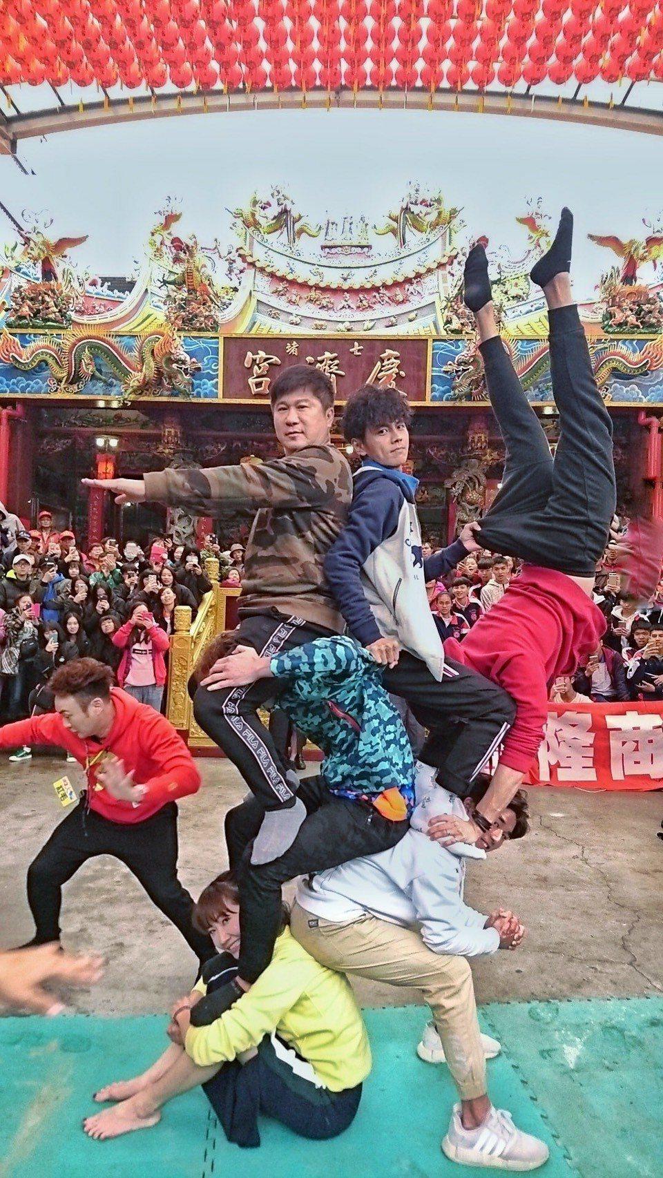 胡瓜(左上)新年開工就跟主持搭檔阿翔(上中)、謝忻(最底下坐者)一起玩疊羅漢,象