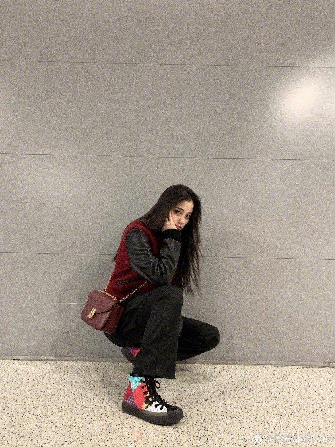 歐陽娜娜選背話題包款C Bag。圖/取自微博