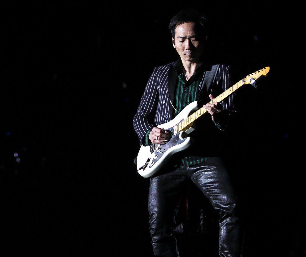 五月天的吉他手石頭推出新書「因為留不住」。圖/相信音樂提供