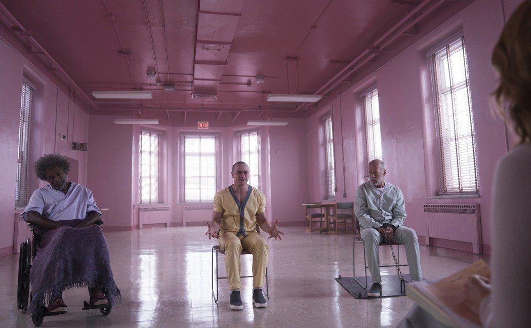 山繆傑克森(左起)、詹姆斯麥艾維、布魯斯威利在「異裂」同台飆戲。圖/迪士尼提供