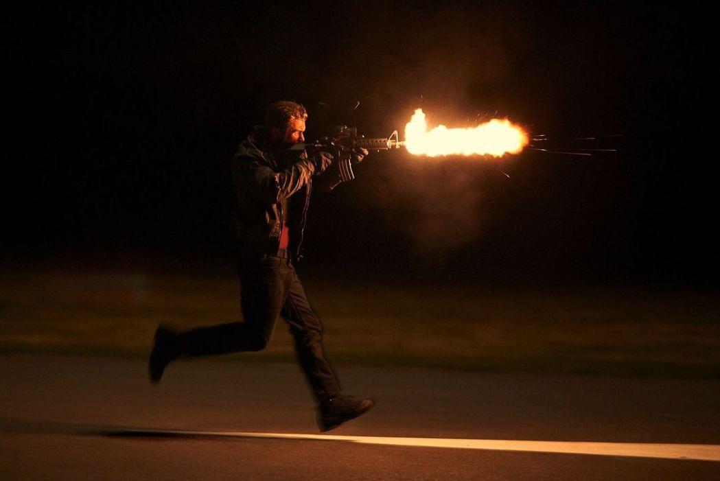 米洛吉勃遜在《惡魔突襲隊》火力全開。圖/可樂電影提供