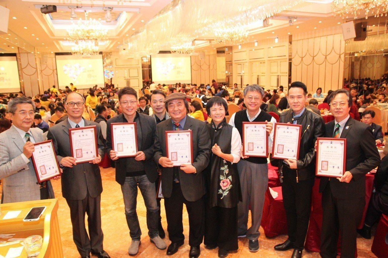 賴建川(圖中)串起愛心人士一起宴請台灣陽光婦女協會的弱勢家庭吃年夜飯,還送給他們...