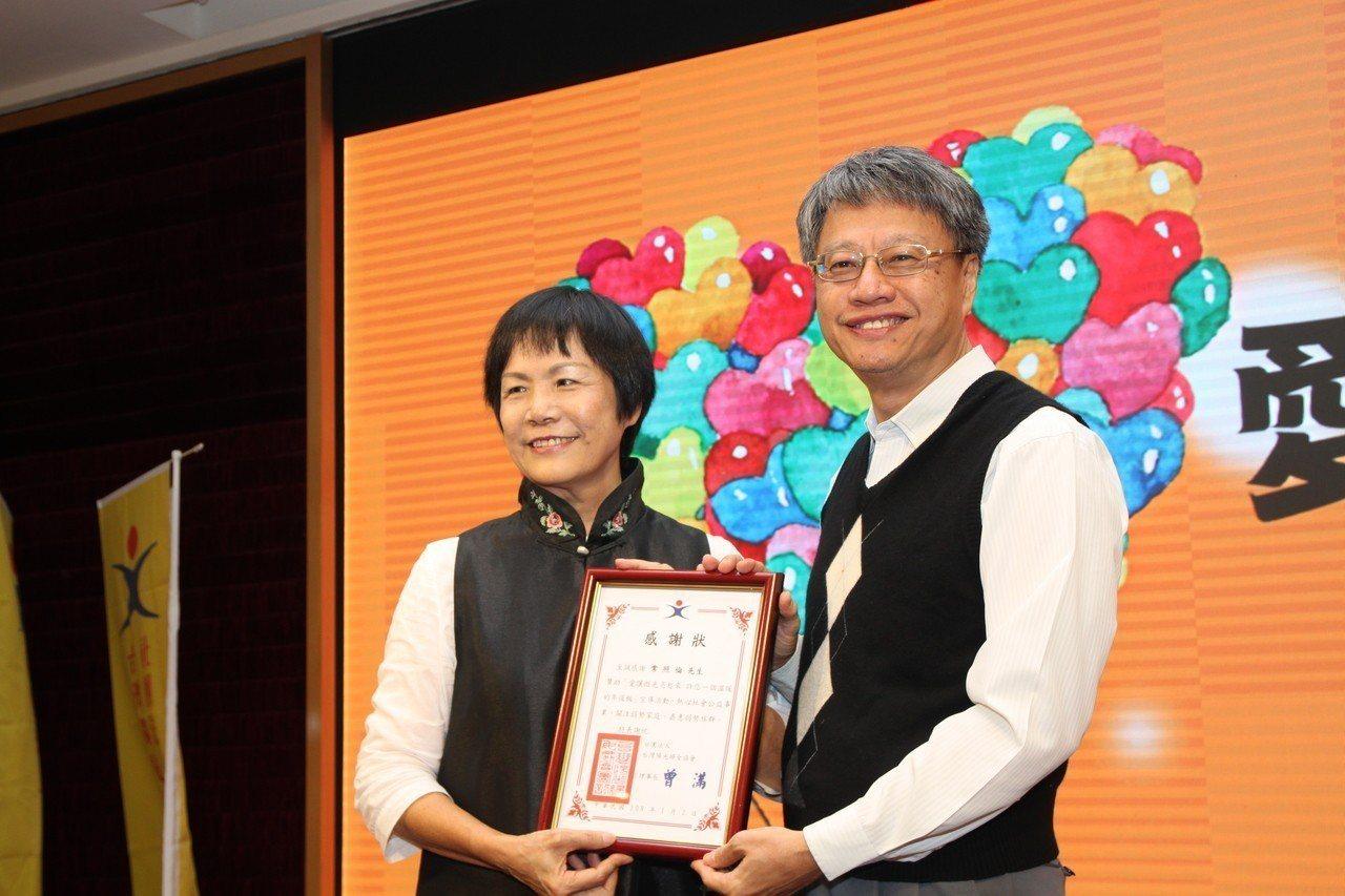 律師常照倫(右)接受台灣陽光婦女協會秘書長陳淑圓頒給感謝狀。記者黃寅/攝影