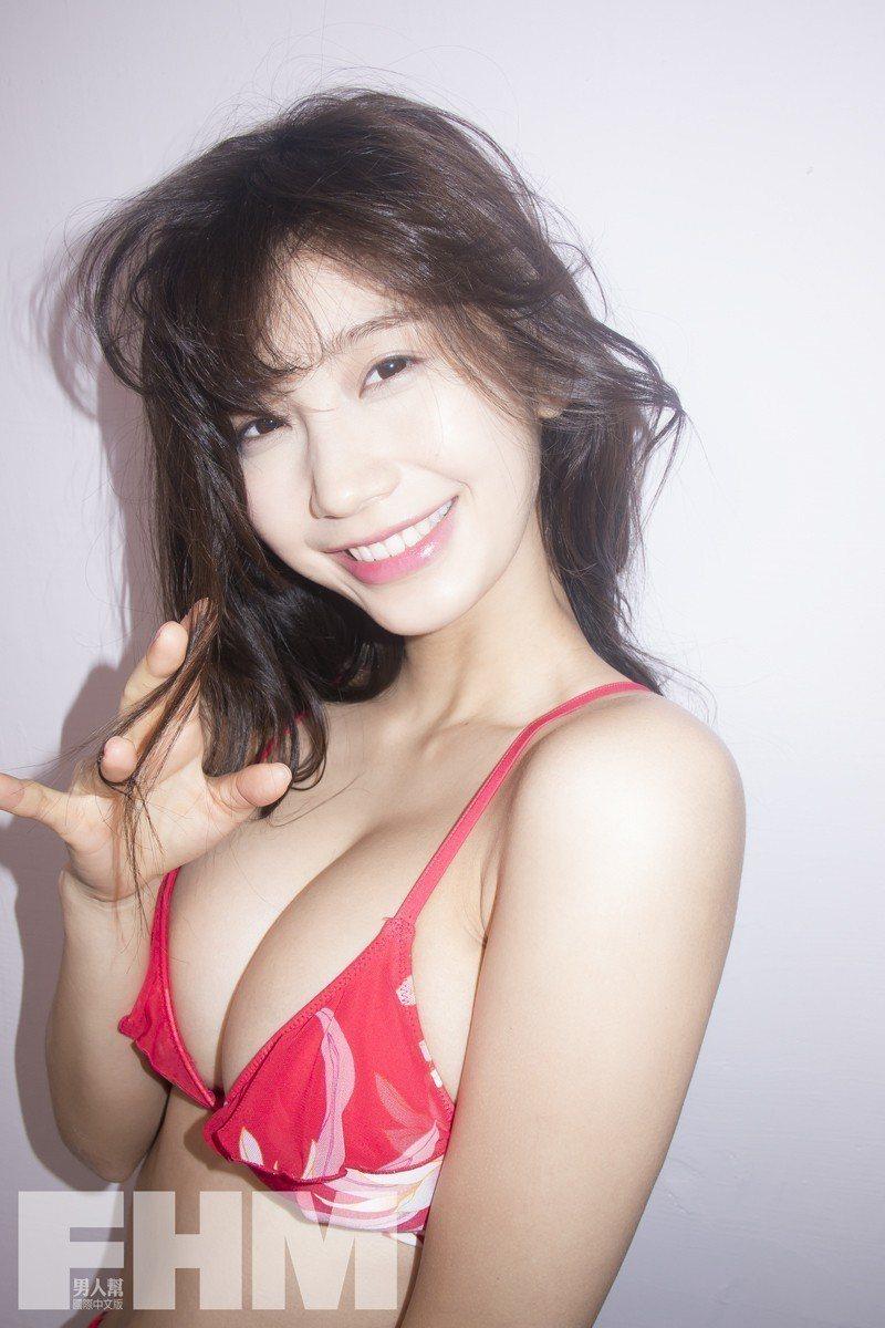 小倉優香以男友視角拍攝雜誌封面。圖/FHM Taiwan提供