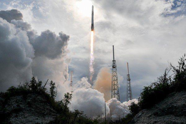 SpaceX重型火箭獵鷹發射時的情形。 (美聯社)