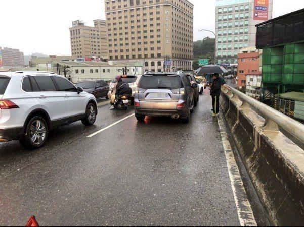 汐止大同路和周邊道路3日上班尖峰時間,因為連續數起車禍,導致大塞車,通勤族不是塞在車上,不然就是等不到公車,至少一個小時。 警方提供