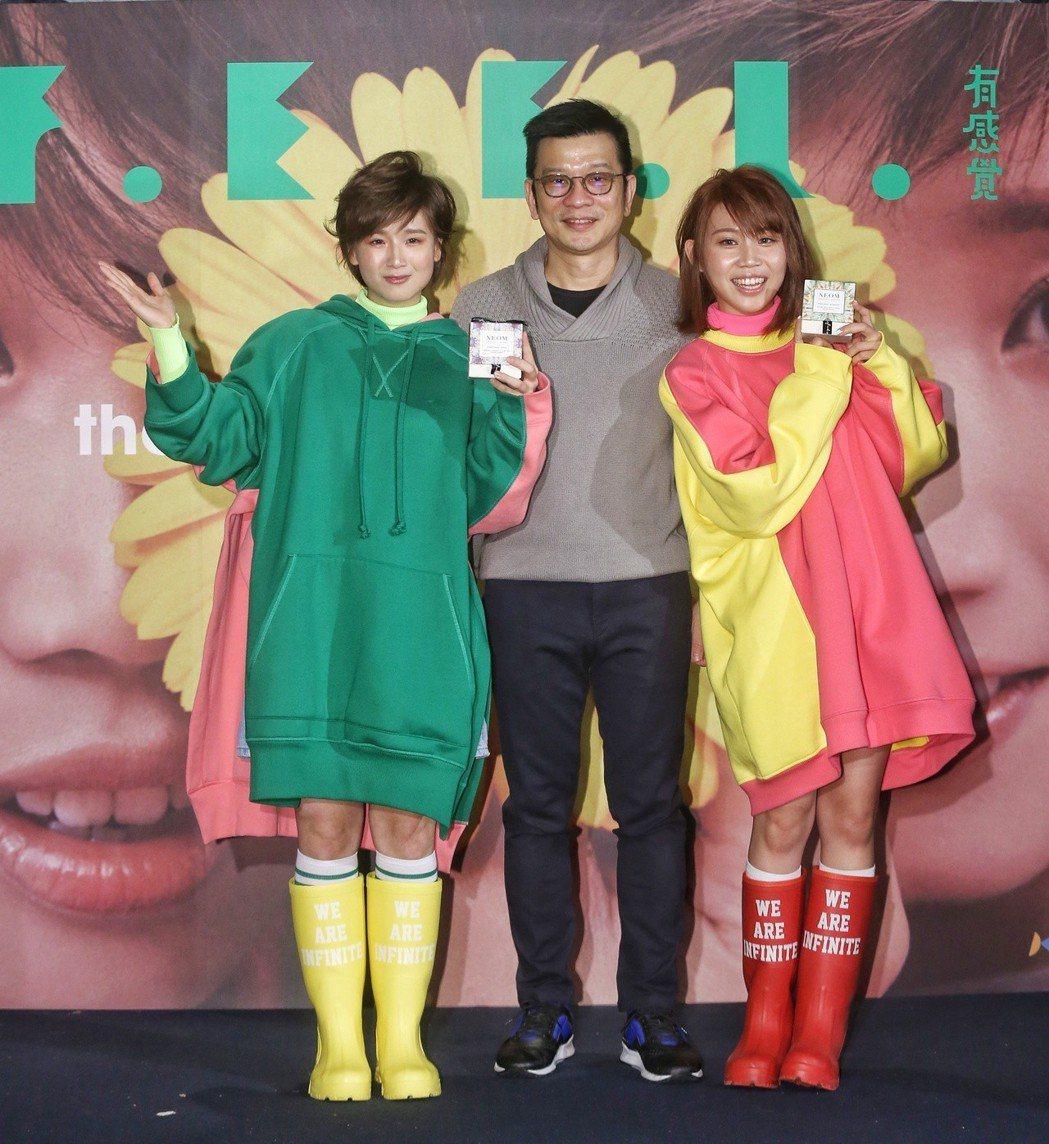 有感覺樂團今天舉行發片記者會,陳子鴻(中)到場祝賀。記者鄭清元/攝影