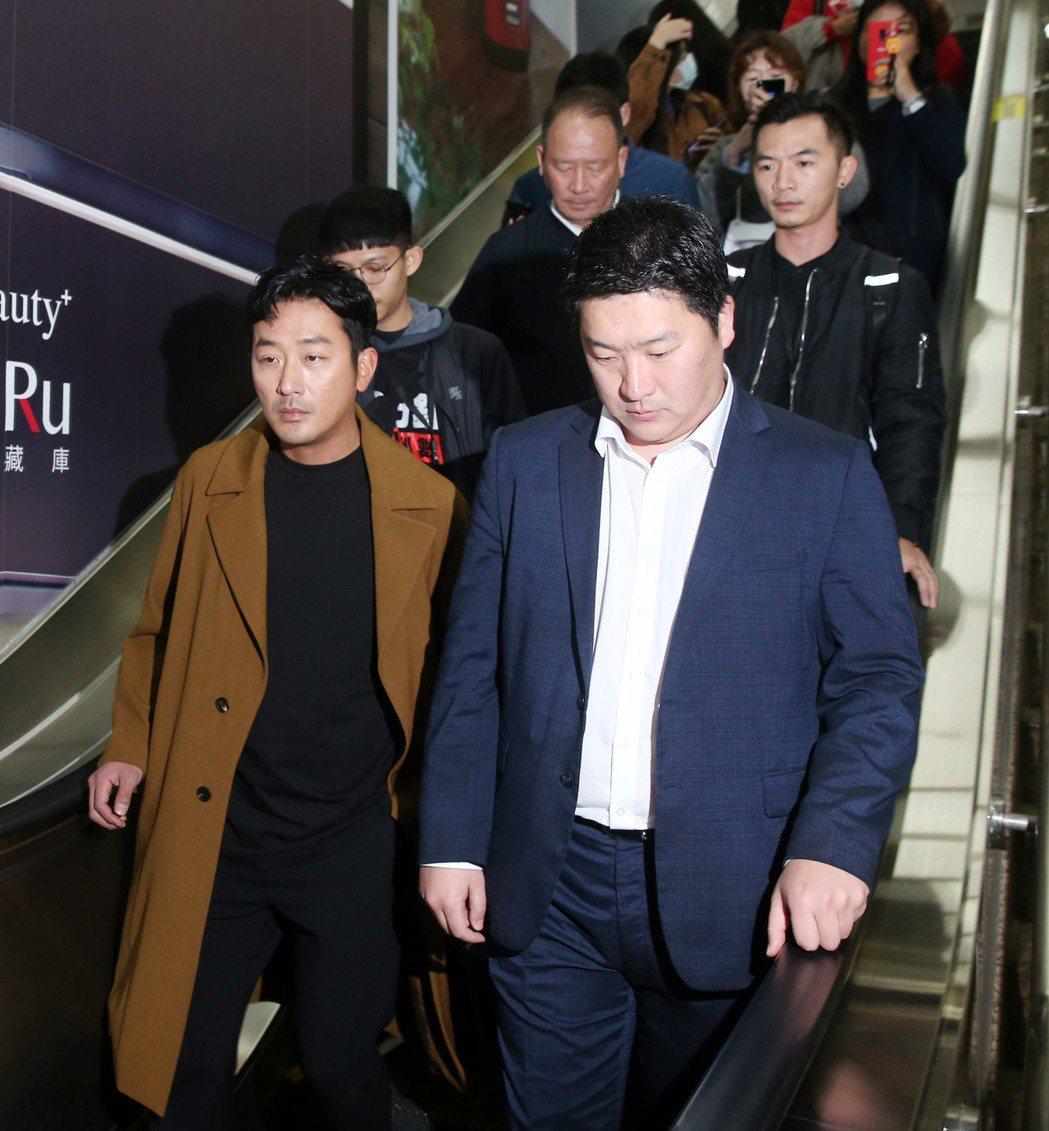 韓星河正宇(左)今天去台中宣傳電影,到台北車站搭高鐵南下。記者邱德祥/攝影