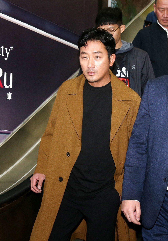 韓星河正宇(左)去台中宣傳電影,到台北車站搭高鐵南下。記者邱德祥/攝影