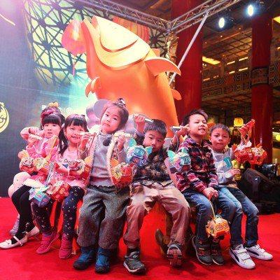 台灣燈會30周年在屏東舉行,主燈為「東港黑鮪魚」。記者林伯東/攝影