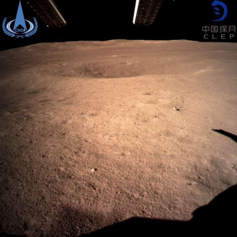 嫦娥四號發回的首張月球背面影像圖。 (美聯社)