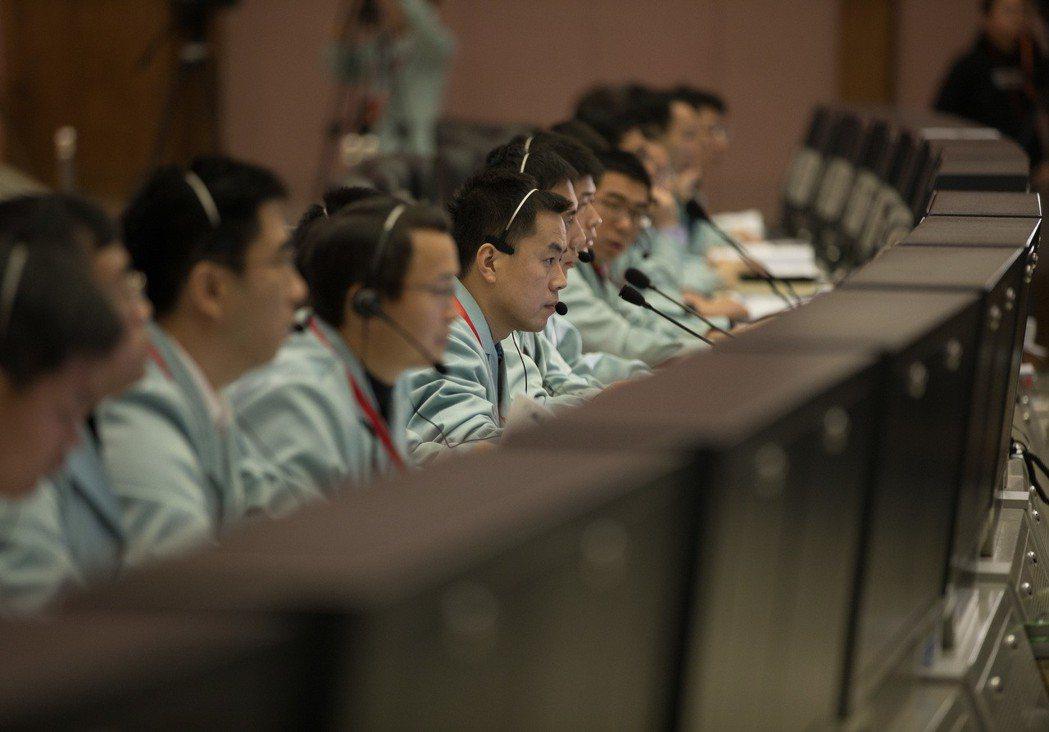1月3日,嫦娥四號登陸月球背面,北京航天飛行控制中心人員全神貫注地監控情況。 (...