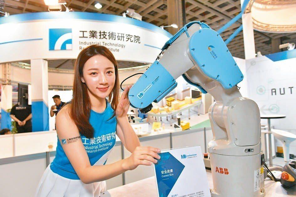 機器人安全皮膚感測到碰撞就會馬上停止,保護工作人員不受傷害。 工研院╱提供