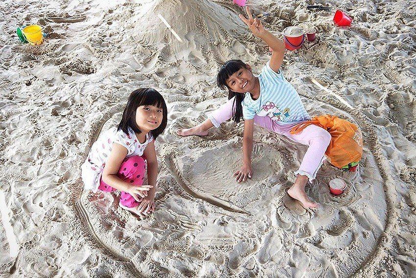 「考古大沙坑」大片柔軟細沙讓小朋友玩得不亦樂乎。 十三行博物館/提供