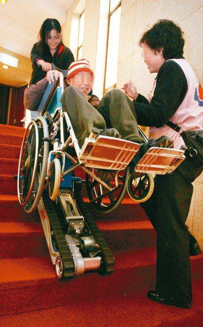 爬梯機可協助行動不便的民眾上下樓,但全台輔具中心可租借的爬梯機數量卻明顯不足。 ...