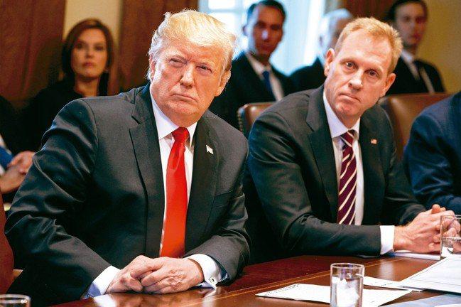 美代理防長夏納翰(右)首次與川普開內閣會議。 歐新社