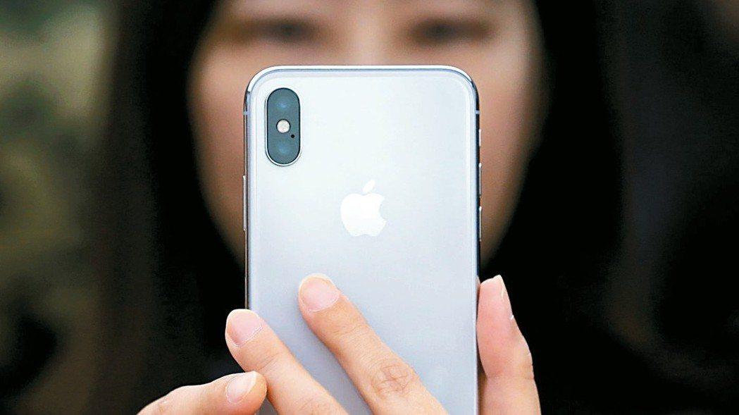 蘋果一開年無預警下修財測,嚇壞全球投資人。 路透