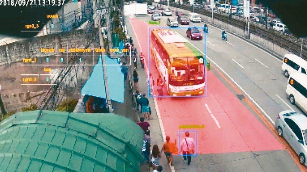 光寶科智慧路燈變身AI交通管理員,圖為AI智慧路燈辨識違停載客的民營公車。 光寶...