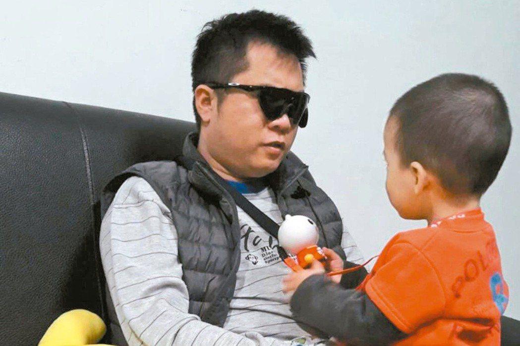 全盲的左先生在接受人工電子眼植入手術後,持續視覺復健,終於可以看見兩歲大的兒子模...