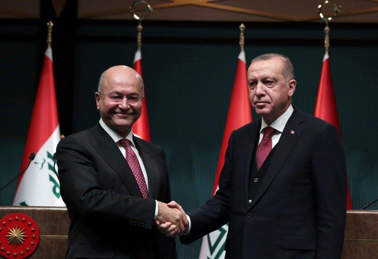 伊拉克總統沙雷(左)和土耳其總統艾爾段(右)在安卡拉召開聯合記者會,加強反恐合作...