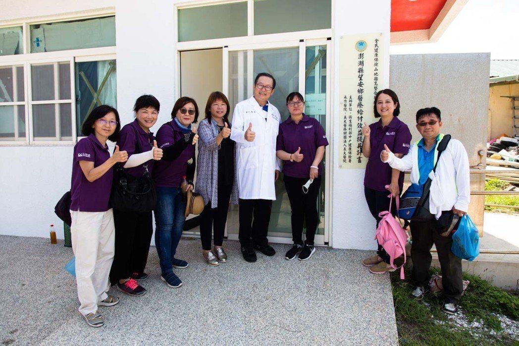 杜元坤(右四)與義大醫療團隊,投入澎湖義診成效卓著。 圖╱摘自《世上最快樂的工作...