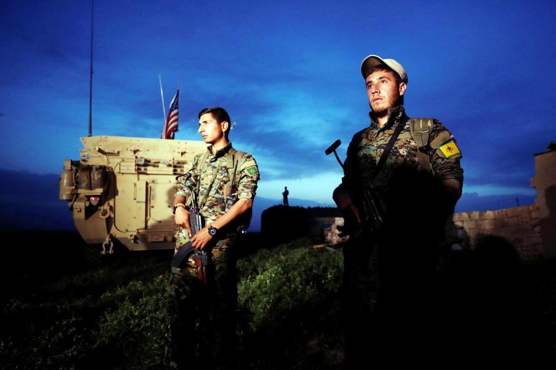 撤軍,還是不撤軍,這是個問題。圖為敘利亞北部的美軍裝甲車,與敘利亞庫德武裝「人民...