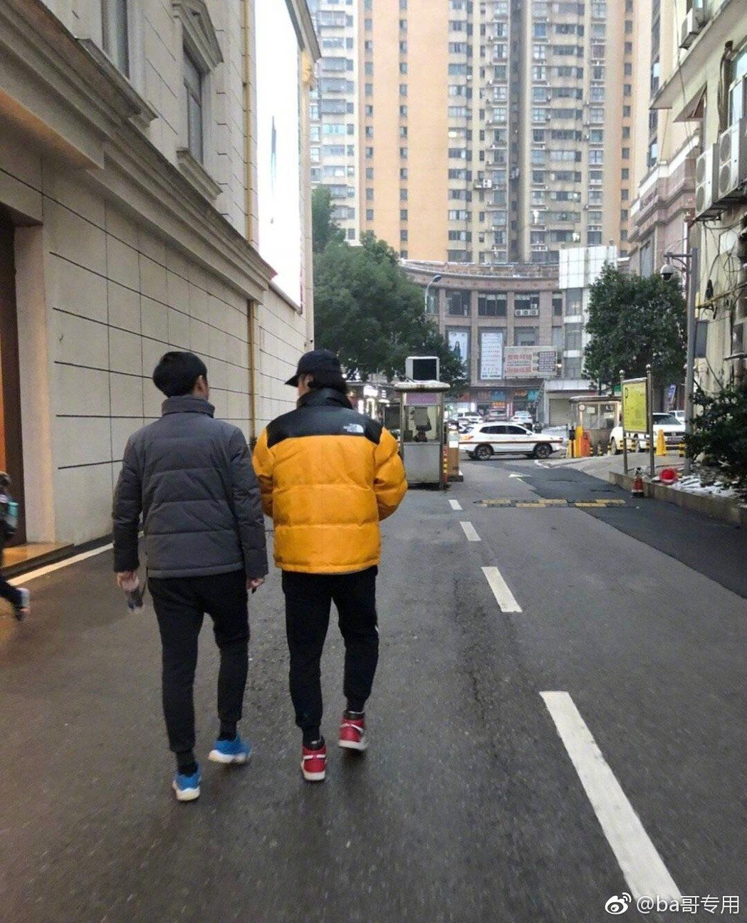 蔣勁夫(右)已恢復自由身。圖/擷自微博