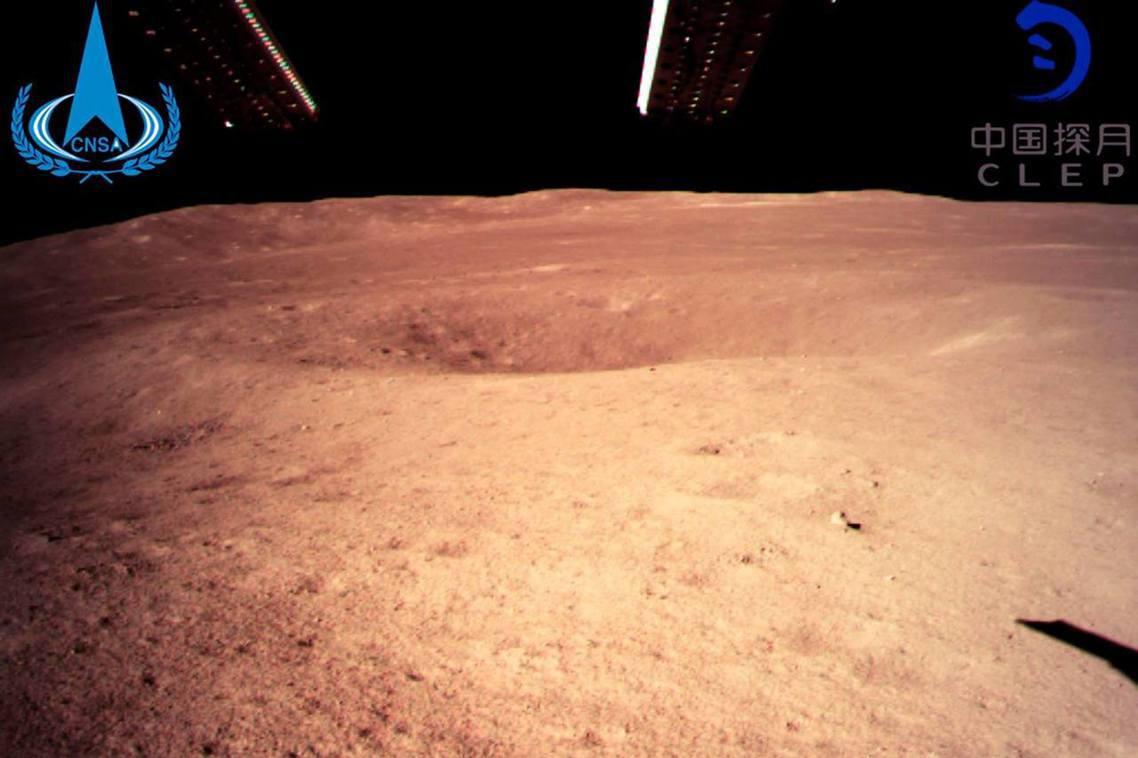 中國「嫦娥4號」月球探測器,已於北京時間3日上午10點26分,首度成功登陸「月球...