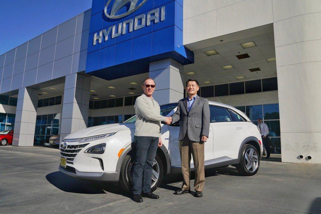Hyundai迎接首位美國市場的Nexo車主。 摘自Hyundai