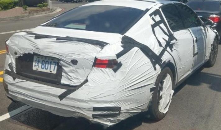 網友捕獲的Altima偽裝車。 摘自網路