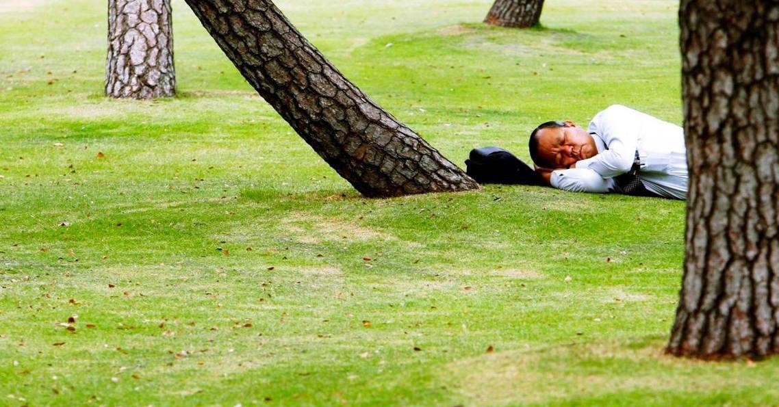 不睡覺拼經濟行不行?日本新年假期即將結束,但研究調查顯示,國民長年以來持續過勞與...
