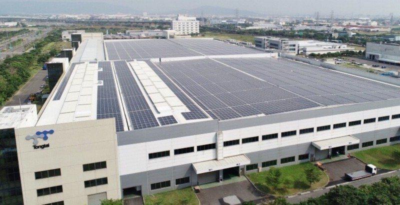 位於高雄路科的東台精機總部,屋頂裝置大片太陽能板,在東台即將歡慶50周年之際,正...
