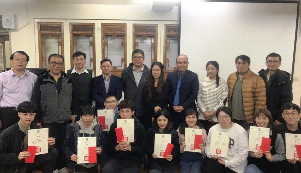 元培吳文祥教務長與教師及評審頒獎合影。 元培/提供