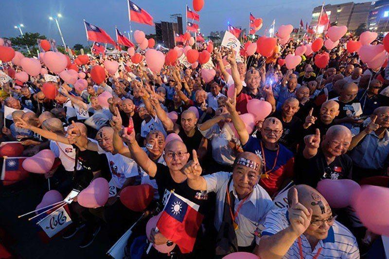 韓國瑜選前之夜支持者頂光頭到場支持。