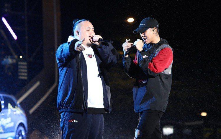 頑童大淵Muta(左)以全套MJFRESH與FILA聯名風衣外套、連帽T恤及長褲...