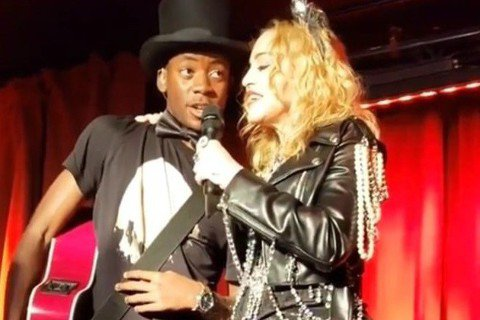 經常在舞台上推出新造型的瑪丹娜日前在紐約進行跨年夜表演,網路照片顯示她的臀部曲線十分詭異,外界謠言四起,揣測她跑去整型,為臀部植入填充物。現年60歲的瑪丹娜當時在石牆(Stonewall)酒吧舞台上...