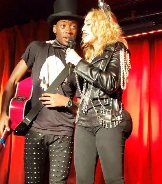 現年60歲的瑪丹娜(右)日前在紐約進行跨年夜表演,網路照片顯示她的臀部曲線十分詭