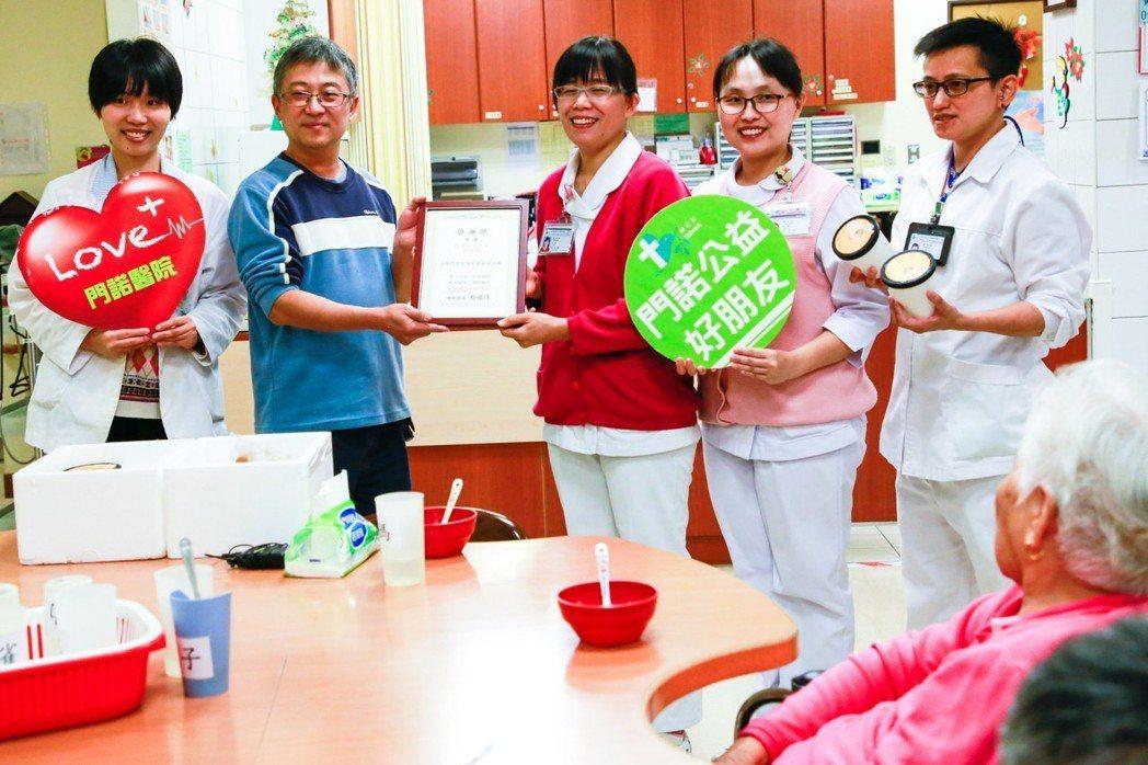 門諾公益之友、台北駱師傅法式冰淇淋之家老闆駱英毅(左2)日前帶著店裡的冰品,南下...
