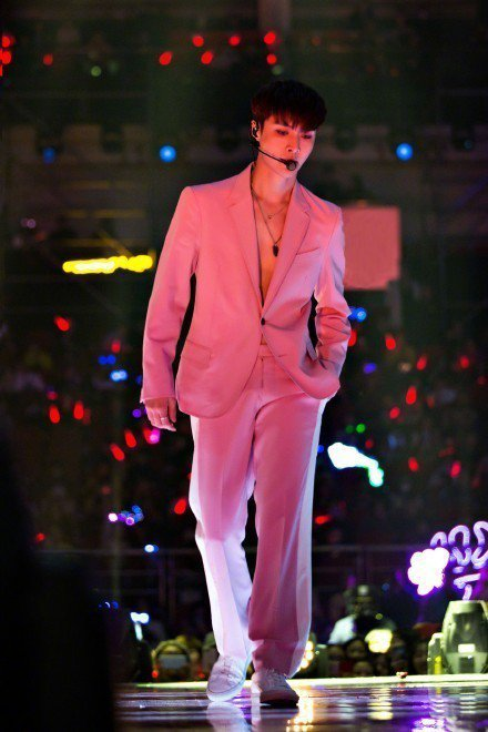 張藝興無內搭的單穿法讓西裝的深V領口露出胸肌線條,也難怪引起台下粉絲們尖叫連連。...