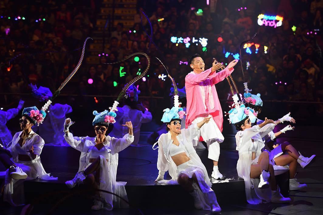 劉德華在「My Love Andy Lau」世界巡迴演唱會中,也換上粉紅色唐裝演...