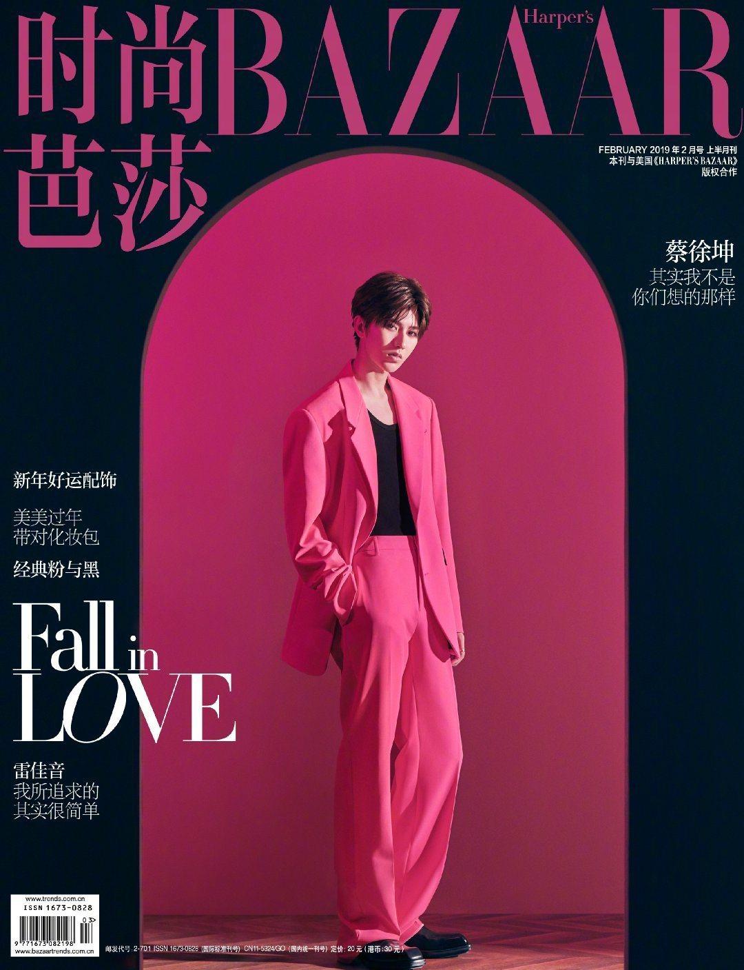 大陸男星蔡徐坤則是穿著Versace桃粉色西裝登上大陸BAZAAR雜誌封面。圖/...