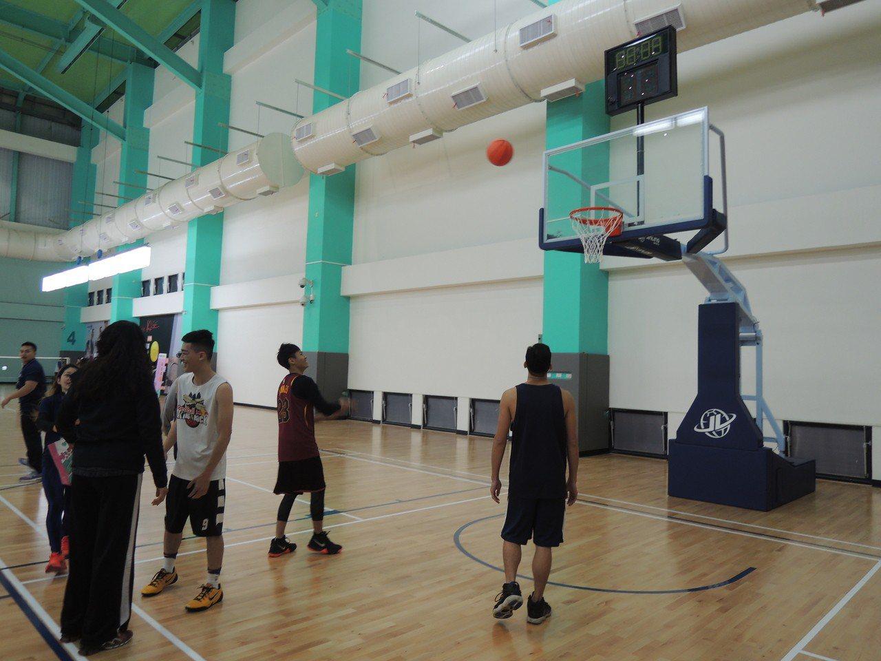 「竹光國民運動中心」提供有室內籃球場。記者郭宣彣/攝影