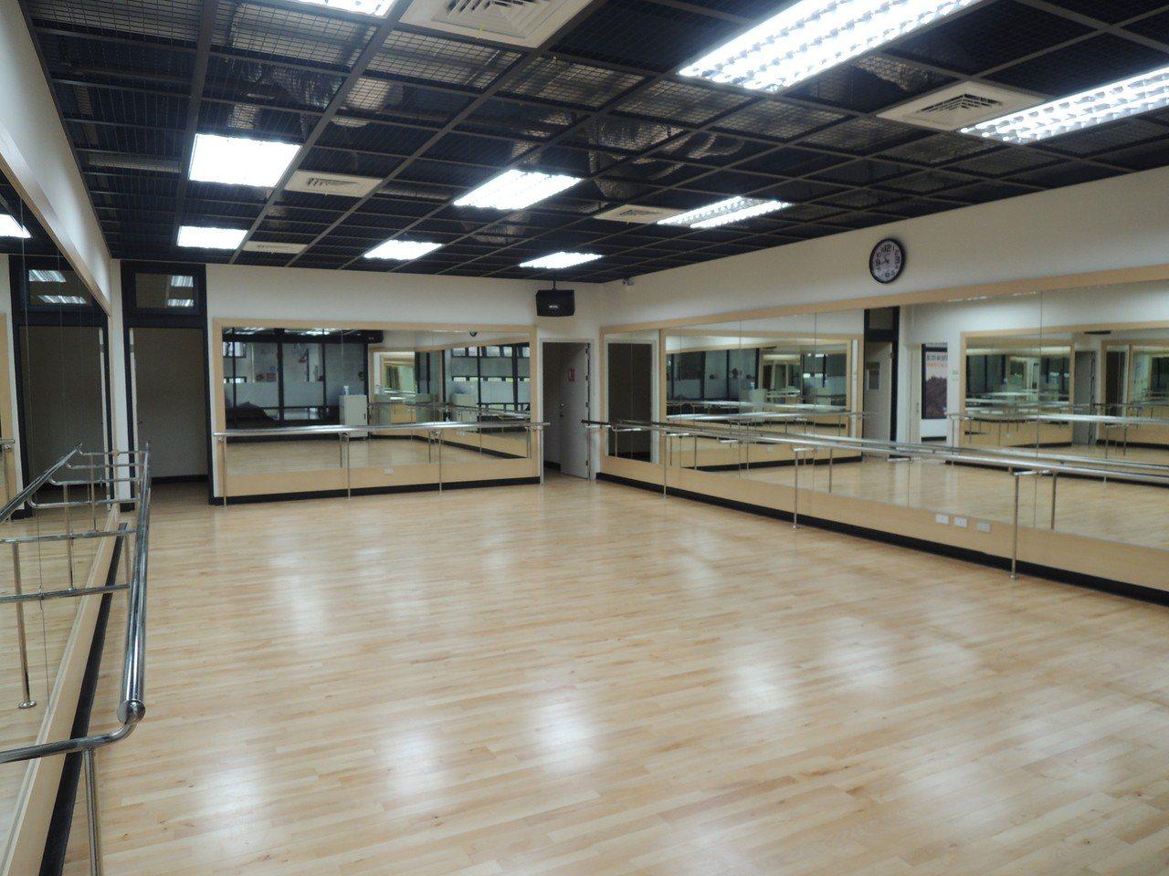 「竹光國民運動中心」室內的運動空間。記者郭宣彣/攝影