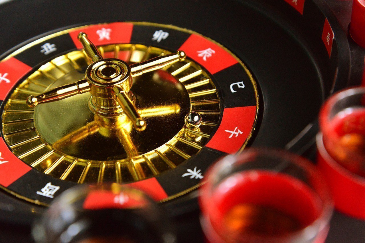 水晶廊準備了專屬的「子午輪盤遊戲組」,增添飲酒樂趣。圖/台南晶英酒店提供