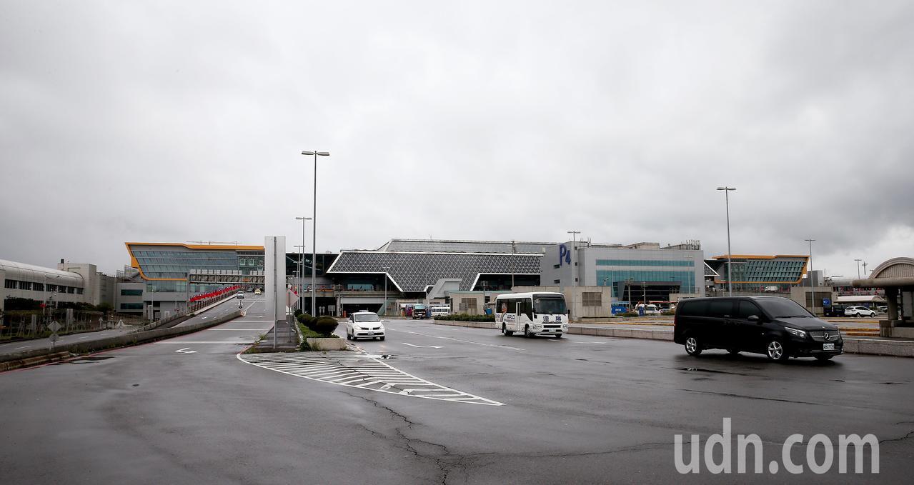 桃園機場公司今年準備漲房租,航空公司及廠商叫苦連天。圖為桃園機場第2航廈外觀。 ...