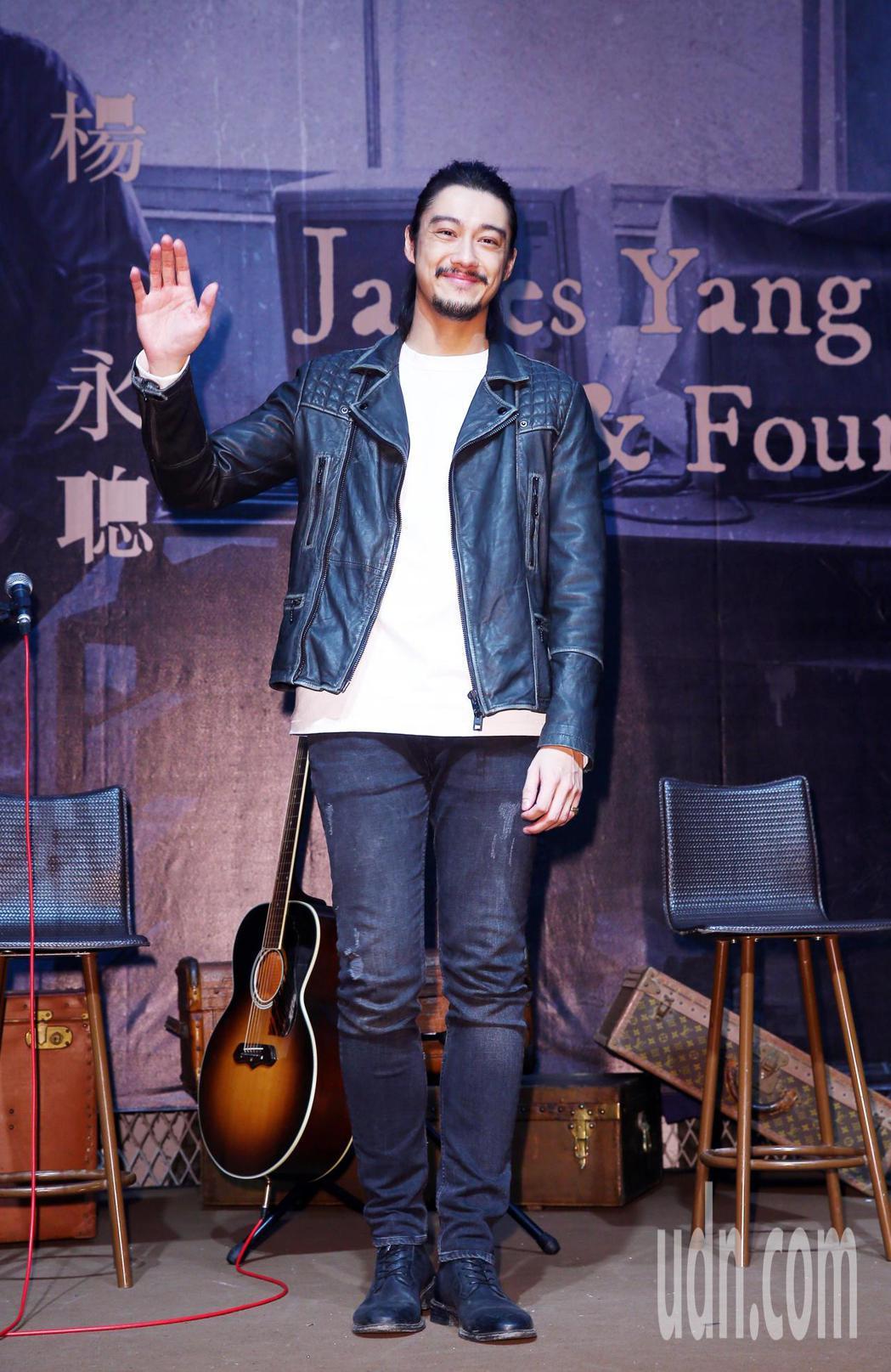 James楊永聰在一身酷帥裝扮下出席中英文創作新專輯「Lost&Found」的記...