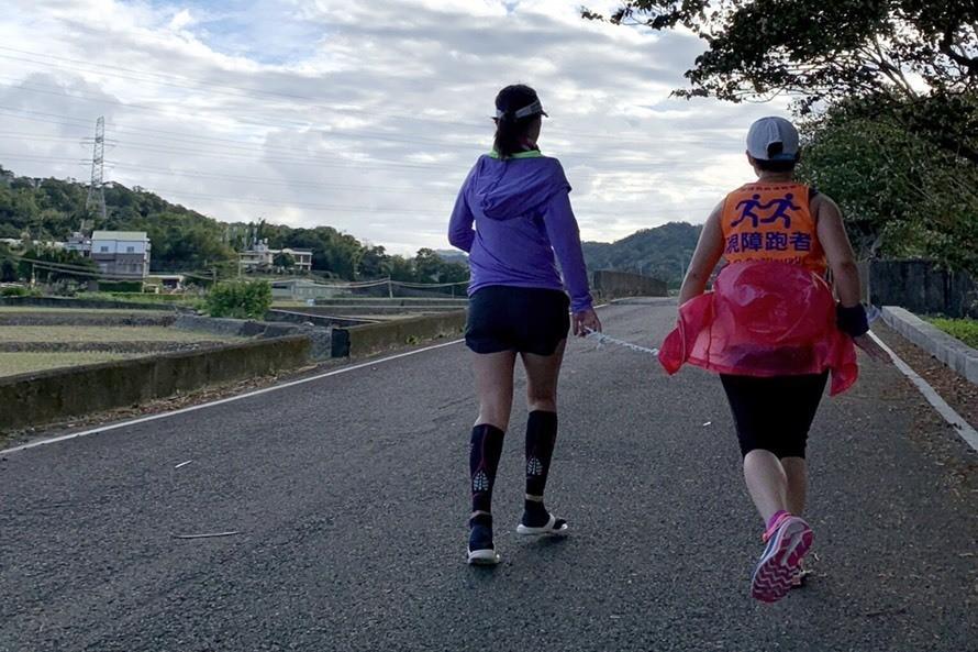 視障陪跑員潘梨秋(左),用自身力量陪伴弱勢。圖/新竹市政府提供